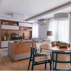 Living integrado, destaque para o móvel encaixado no sofá com a mesma linguagem visual do home theater, sintonia perfeita!! Projeto by @__ahsim__ e  by @juliaribeirofotografia #livingroom #apartamento #homedecor #cool #photo #arquiteta #interiordesign #archdecor #criative #marcenaria #wood #glamurama #decoration #decoração #arquitetando #decor #interiores #dinningroom #home #blogfabiarquiteta #fabiarquiteta