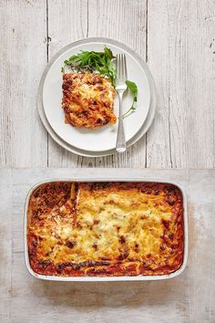 Mary Berry's lasagne recipe is a classic dinner favourite. This is rich tasting and cheesy with a beautiful tomato sauce. The mozzarella adds a lovely stringy texture. Roasted Vegetable Lasagna, Veggie Lasagna, Lasagne Recipes, Beef Recipes, Cooking Recipes, Mary Berry Lasagna, Lemon Lasagna, Sauteed Asparagus Recipe, Lasagna