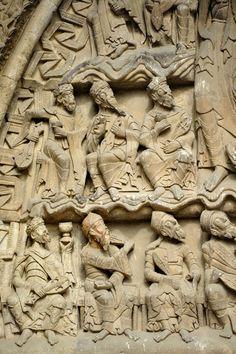 Tympan de l'église Saint-Pierre de Moissac, vers 1120 : détail des 24 vieillards Free Standing Sculpture, Forma Circular, Art Roman, Sculptures, Lion Sculpture, Carolingian, Masonry Wall, Dragons, Art Moderne