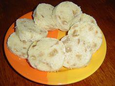 Recept na houskový knedlík bez kvasnic. Uvařit domácí houskový knedlík je prubířským kamenem. Někomu ne a ne se podařit. Jestliže nemáme