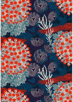 Cette toile, cette merveille, nous pourrions dire que ceci est une photo tellement elle est si bien fait. Les couleurs qui chavirent de bleu à rouge et d'un blanc océan, ces couleurs rassemblées me font penser à des fleurs d'un monde virtuel. Cette toile, nous rappel le fin fond de la mer. La coloration de ce tableau me bouleverse avec les couleurs de teintes sombres. Pour finir, grâce à la technique du peintre, tout ces ornements combinés ensemble me donne l'impression qu'elle ressorte de…