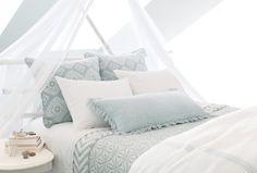 déco chambre cocooning - literie en blanc et bleu pastel avec ciel de lit-baldaquin