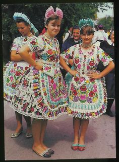 Jeez looeez, look at all that EMBROIDERY! Hungarian Embroidery, Folk Embroidery, Traditional Fashion, Traditional Dresses, European Costumes, Costumes Around The World, Art Populaire, Ethnic Design, Ethnic Dress