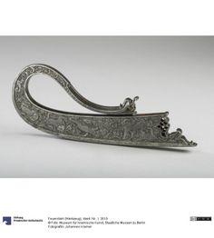 Feuerstahl (Werkzeug) 18./19. Jahrhundert Datierung engl.: 18th - 19th century Herkunft (Allgemein): Iran (Land) Eisen, gegossen, graviert/ziseliert Höhe: 6,3 cm Breite: 15,5 cm Tiefe: 0,9 cm Gewicht: 240 g