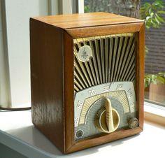 Emerson Model 713 Vacuum Tube Wood Radio 1950s by MonyasAttique, $165.00