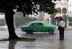Schnell hin, bevor die Amis kommen: Manche Urlauber aus Europa haben es derzeit sehr eilig, nach Kuba zu reisen, weil sie baldige Veränderungen befürchten. Viele Kubaner dagegen fiebern dem Wandel entgegen. See more: http://www.spiegel.de/reise/fernweh/kuba-tourismus-boom-aus-europa-und-usa-a-1034797.html