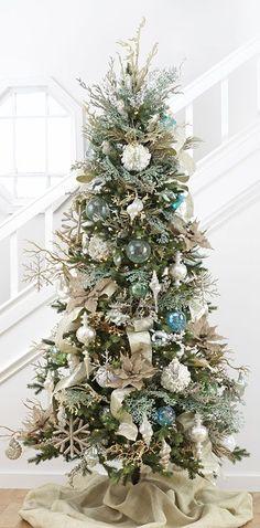 Árbol de Navidad estilo costero, con azules, plateados, dorados, flores y cintas de arpillera, una mezcla entre chic y rústico. #ArbolesDeNavidad2016