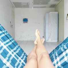 Essa é a sala de jantar do apê durante a reforma. A geladeira foi um dos primeiros eletrodomésticos que comprei e ela ficou pra lá e pra cá durante toda a obra. Fiquei com receio desse empurra-empurra danificá-la, mas deu tudo certo e a bichinha funciona perfeitamente até hoje! Reforma é isso, né? Essa bagunça que parece não ter fim... #reforma #obra #saladejantar #home #details #myhome #homesweethome #homedecor #homestyle #homedesign #diariodaobra #homemade #designdeinteriores #instadecor…