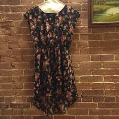 Dress with a flower pattern🌼🌺 This is such a gem! It is perfect for summer days. It is shorter in front- longer in back. Forever 21 Dresses