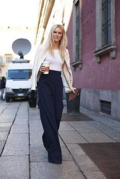 Wide leg pants are a key component of any working woman's closet. Here are outfit ideas and inspiration for how to wear wide leg pants. Mode Style, Style Me, Style Hair, Classic Style, Business Outfit Frau, Business Attire, Business Chic, Black And White Outfit, Black White
