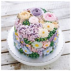 Save this for buttercream flower inspiration for your spring cakes.
