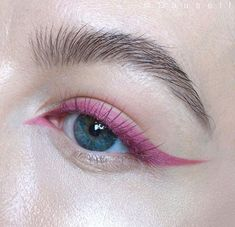 Many ways to create natural edgy or even festival makeup looks with colored eyeliner. Look ideas from turquoise to blue pink and green eyeliner. - August 25 2019 at Eyeliner Make-up, Rosa Eyeliner, Eyeliner Styles, Makeup Eyeshadow, Eyeshadow Palette, Glitter Eyeshadow, Liquid Liner, Makeup Trends, Makeup Looks