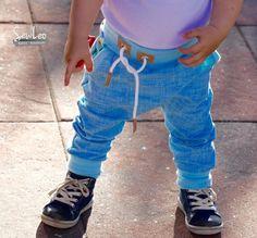 """*""""Baggy-Pants-Baby""""* ist ein Basic-Schnitt für eine lässige Babyhose im Street-Style. Du kannst deine Baggy-Pants-Baby in den Größen 44-92 nähen, mit Eingrifftaschen oder ganz clean ohne..."""