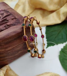 Plain Gold Bangles, Gold Bangles Design, Gold Jewellery Design, Gold Jewelry, India Jewelry, Indian Gold Bangles, Gold Bracelet Indian, Pearl Jewelry, Bridal Jewelry