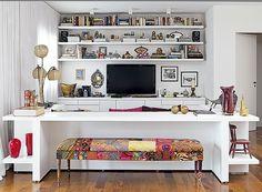 A experiência de conforto pode ser pessoal, mas há um consenso em relação à praticidade: deixe o que é mais usado ao alcance das mãos, como fez a designer de interiores Maristela Gorayeb neste projeto.