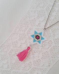 Tissage du week-end : étoile montée en sautoir avec son petit pompon qui flashe.  #jenfiledesperlesetjassume #brickstitch #miyuki #perlesmiyuki #perlesaddict #avecses10ptitsdoigts #motifavecses10ptitsdoigts #pompon