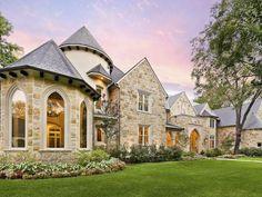 Каменный дом бежевого цвета в тюдора стиле