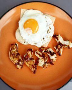 Montadito con verduritas y huevo a la plancha  medallones de pollo a la plancha Feliz tarde!