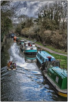 A canal of narrow boats. Barge Boat, Canal Barge, Canal Boats England, Canal Boat Narrowboat, Narrowboat Interiors, Shanty Boat, Narrow Boat, Boat Painting, England And Scotland