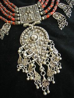 Yemeni silver and coral necklace detail / available 4 purchase @ Finds on Broadway, Minneapolis Minnesota from Lawrence Hutera Hippie Jewelry, Tribal Jewelry, Indian Jewelry, Silver Jewelry, Jewelry Necklaces, Collar Hippie, Colar Fashion, Hippy Chic, Jewelry Organization