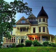 the queen anne mansion eureka springs ar photos Big Houses, Dream Houses, Eureka Springs Arkansas, New Orleans Hotels, House Proud, Edwardian Era, Victorian Era, Old Mansions, Second Empire