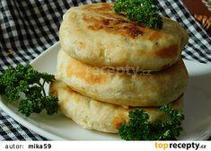 Česnekové placky plněné uzeným sýrem recept - TopRecepty.cz Bagel, Ethnic Recipes, Brot
