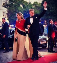 Koningin Maxima en Koning Willem-Alexander komen hier aan bij Teatro…'