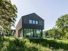 A young family's dream of living by the river comes true in this house's unique location: the bank of the river Rhine. The Hemishofen House is a compact volume with a clear and modern organization. Beautiful Interior Design, Beautiful Architecture, Modern Interior Design, Architecture Details, House Architecture, Cabin Design, Modern House Design, Weekend House, Modern Barn
