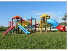 Parque 4 Torres (ME-04) -  Parque infantil colorido com estrutura principal de colunas em madeira plástica, contendo:  -  04 Plataformas medindo 1,06 x 1,06m, com cobertura superior em plástico rotomoldado;  01 Rampa de tacos;  01 Descida de bombeiro ;  01 Escada curvada ;  01 Tubo de ligação em plástico rotomoldado ;  01 Escada 7 degraus;  01 Tobogã em plástico rotomoldado ;  02 Escorregadores reto simples 2,50m em plástico rotomoldado ;  02 Cercas de proteção lateral;  01 Passarela reta ;