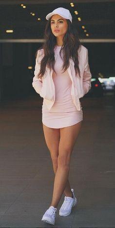 raro avistamiento de mí en traje de color rosa  por @hotmiamistyles
