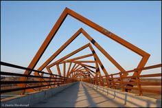 Madrid Río nos sorprende con sus puentes sobre el Manzanares. Sin duda, un lugar perfecto para pasear en cualquier época del año...