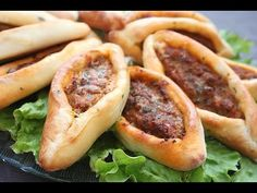 Recette pizza turque, Kiymali pide / Turskish pizza with minced meat Pate A Pizza Fine, Hot Dog Buns, Hot Dogs, Beignets, Culinary Arts, Buffet, Bread, Snacks, Cooking