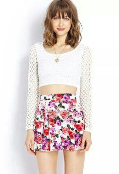 Blusa corta blanca y falda floreada