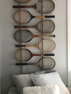 Tennis anyone. Displaying old thrift store tennis rackets. Shared Boys Rooms, Tennis Store, Kids Cafe, Tennis Gear, Vintage Tennis, Bureau Design, Repurposed Items, Rackets, Luxurious Bedrooms