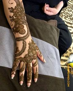 50 Most beautiful Engagement Mehndi Design (Engagement Henna Design) that you can apply on your Beautiful Hands and Body in daily life. Short Mehndi Design, Floral Henna Designs, Arabic Henna Designs, Indian Mehndi Designs, Mehndi Designs For Girls, Modern Mehndi Designs, Bridal Henna Designs, Mehndi Design Pictures, Beautiful Mehndi Design