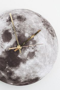 DIY moon wall clock - great for my son's bedroom. He's had a love affair with the moon since birth + foszforeszkáló festék *. Weekend Projects, Easy Projects, Moon Projects, House Projects, Moon Clock, Hipster Bedroom Decor, Deco Studio, Diy Casa, Diy Clock