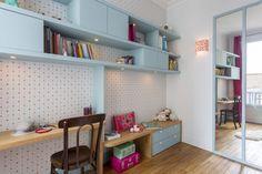 110 m² - Boulogne aménagé et décoré par la décoratrice d'intérieur Vanessa Faivre Basement Bedrooms, Kids Bedroom, Bedroom Ideas, Built In Desk, Baby Design, Shelving, Sweet Home, Cabinet, Interior Design