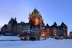 Renacimiento e elegancia en el Castillo Fairmont Frontenac de Québec.  Con su majestuosa arquitectura y elegante decoración estilo europeo, el lujoso hotel les invita a compartir una cena exclusiva en el salón de baile de época.