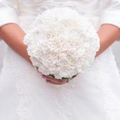 Brautstrauß aus weißen Nelken bei www.weddingstyle.de| Foto: Linda M. Fotografie