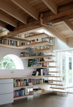 Smart use of the stairs height. House maxwan architects staircase home library angle Style At Home, Home Deco, Home Libraries, Built In Bookcase, Bookcases, Bookcase Stairs, Stair Shelves, Shelving, Corner Shelves