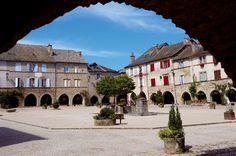 Les arcades de Sauveterre-de-Rouergue, bastide de l'Aveyron