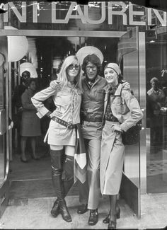 Yves Saint Laurent with Betty Catroux and Loulou de la Falaise at the London opening of the Saint Laurent rive gauche boutique, September 1969 70s Fashion, Fashion History, Fashion Art, Vintage Fashion, Fashion Design, Saint Laurent Paris, St Laurent, Christian Dior, Lauren Hutton
