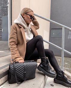 Doc Martens have been in style for almost 60 years, discover what made them so popular. We also discuss how to wear them in style! Casual Winter Outfits, Winter Fashion Outfits, Look Fashion, Trendy Outfits, Fall Outfits, Autumn Fashion, Fashion Tips, Flannel Outfits, Classy Fashion