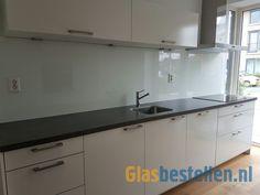 Grote glazen keuken achterwand van 335cm, uit 1 stuk, met uitsparingen voor stopcontacten en machinaal RAL gespoten.