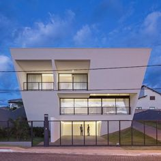 Aresta House designed by BLOCO Arquitetos. Brasília Brazil @archdose - Architecture and Home Decor - Bedroom - Bathroom - Kitchen And Living Room Interior Design Decorating Ideas - #architecture #design #interiordesign #homedesign #architect #architectural #homedecor #realestate #contemporaryart #inspiration #creative #decor #decoration