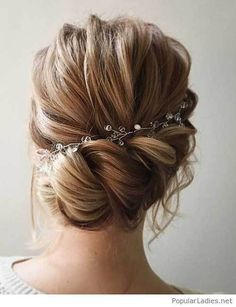 Unique wedding hairstyles with bangs probably the best, they are simple and sophisticated and look good on almost all types of hair. Bridal hairstyles with bangs look fabulous with curls, waves, ac… Wedding Hairstyles For Long Hair, Wedding Hair And Makeup, Up Hairstyles, Hairstyle Ideas, Bridal Hairstyles, Amazing Hairstyles, Hairdos, Beautiful Haircuts, Brunette Hairstyles