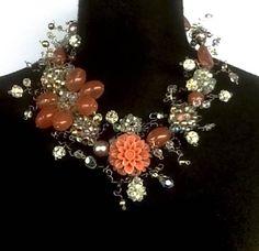Collar de piedras, perlas, resinas y cristales
