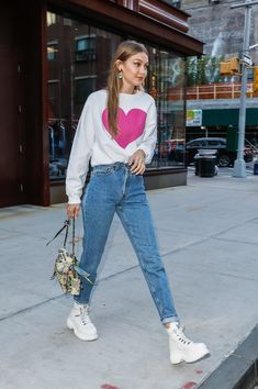 """Look of the Day: Gigi Hadid wore the cutest sweatpants you& ever seen . - Look of the Day: Gigi Hadid wore the cutest sweatpants you have ever seen ♥ – <img src = """"https - Casual Street Style, Street Style Rock, Celebrity Style Casual, Street Style Outfits, Casual Chic, Street Look, Street Styles, Gigi Hadid Looks, Gigi Hadid Casual"""