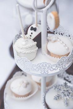 #Cakepops #Cupcakes #Winter #Candybar / #SweetTable bei der #Hochzeit / #Wedding :-) Das tolle Foto ist von rockwedding: www.rockwedding.de