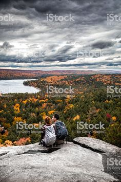 Young couple hiking in mountain and relaxing looking at view Lizenzfreies stock-foto Video Clips, Young Couples, Homecoming, Hiking, Mountains, Nature, Travel, Image, Pictures